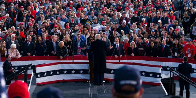 President Donald Trump speaks during a campaign rally at Bemidji Regional Airport, 九月. 18, 2020, in Bemidji, 敏恩. (美联社照片/ Evan Vucci)