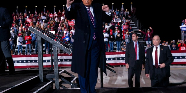 President Donald Trump dances as he walks off stage after speaking during a campaign rally at Bemidji Regional Airport, 금요일, Sept. 18, 2020, in Bemidji, Minn. (AP 사진 / Evan Vucci)