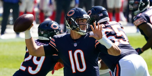 Chicago Bears quarterback Mitchell Trubisky (10) throws against the New York Giants during the first half of an NFL football game in Chicago, 일요일, 씨족. 20, 2020. (AP Photo/Nam Y. Huh)