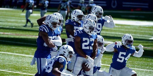 Indianapolis Colts' Kenny Moore II (23) celebrates an interception with teammates during the second half of an NFL football game against the Minnesota Vikings, 일요일, 씨족. 20, 2020, 인디애나 폴리스. (AP 사진 / Michael Conroy)