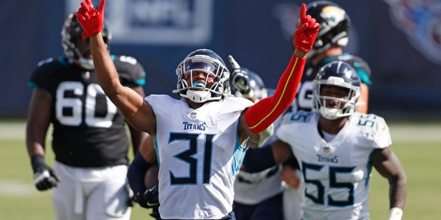 Tennessee Titans free safety Kevin Byard (31) celebrates after teammate Harold Landry intercepted a pass to stop the final drive of the Jacksonville Jaguars in the fourth quarter of an NFL football game Sunday, 씨족. 20, 2020, 내슈빌, Tenn. 타이탄 즈 우승 33-30.(AP Photo/Wade Payne)