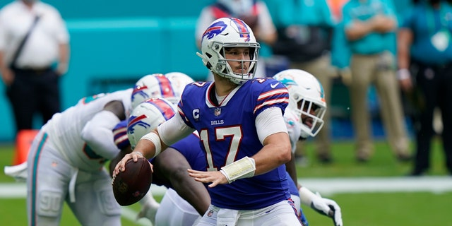 Buffalo Bills quarterback Josh Allen (17) looks to pass, during the second half of an NFL football game against the Miami Dolphins, 일요일, 씨족. 20, 2020, in Miami Gardens, Fla. (AP Photo/Lynne Sladky)