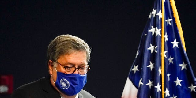 我们. Attorney General William Barr arrives to speak with federal officials for a panel discussion on combatting human trafficking at the U.S. Attorney's Office on Monday, 九月. 21, 2020, 在亚特兰大.
