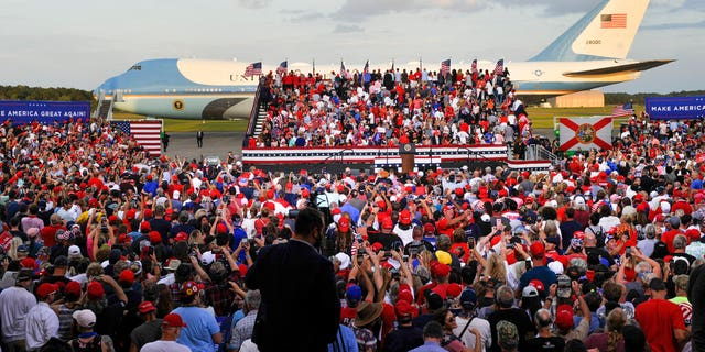 Air Force One stages behind a President Donald Trump campaign rally, 목요일, 씨족. 24, 2020, 잭슨빌, Fla. (AP Photo/Stan Badz)