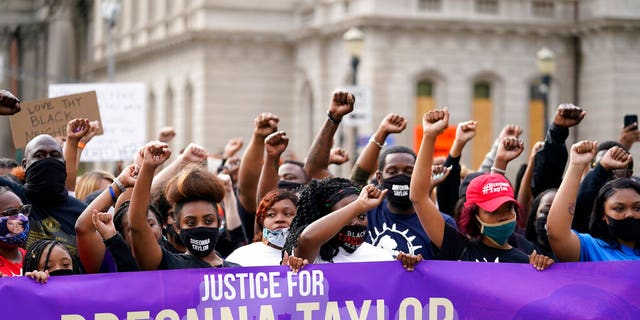 Black Lives Matter protesters march, Venerdì, Sett. 25, 2020, in Louisville. Breonna Taylor's family demanded Friday that Kentucky authorities release all body camera footage, police files and the transcripts of the grand jury hearings that led to no charges against police officers who killed the Black woman during a March drug raid at her apartment. (AP Photo/Darron Cummings)