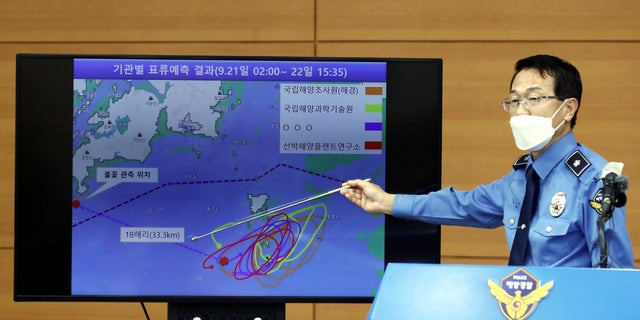 Yoon Seong-hyun, head of the Korea Coast Guard's investigation bureau, speaks during a briefing at the agency in Incheon, Corea del Sud, martedì, Sett. 29, 2020. South Korea said Tuesday that a government official slain by North Korean sailors wanted to defect, concluding that the man, who had gambling debts, swam against unfavorable currents with the help of a life jacket and a floatation device and conveyed his intention of resettling in North Korea. (Yun Hyun-tae/Yonhap via AP)