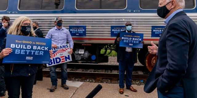 Democratic presidential candidate former Vice President Joe Biden speaks to supporters before boarding his train at Amtrak's Cleveland Lakefront train station, Woensdag, Sept.. 30, 2020, in Cleveland, Biden is on a train tour through Ohio and Pennsylvania today. (AP Photo / Andrew Harnik)