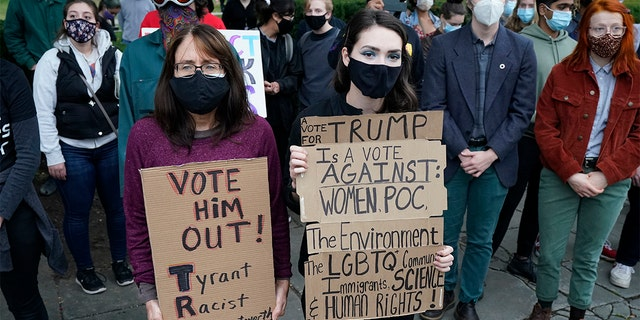 Protesters listen to speakers at a rally near the debate hall, 星期二, 九月. 29, 2020, in Cleveland. The first presidential debate between Republican candidate President Donald Trump and Democratic candidate and former Vice President Joe Biden is being held in Cleveland on Tuesday. (AP Photo/Tony Dejak)