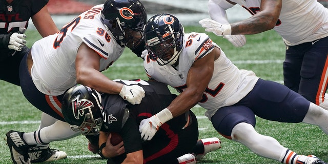 Chicago Bears outside linebacker Khalil Mack (52) and Chicago Bears defensive tackle Akiem Hicks (96) sack Atlanta Falcons quarterback Matt Ryan (2) during the second half of an NFL football game, Sondag, Sept.. 27, 2020, in Atlanta. (AP Photo/John Bazemore)
