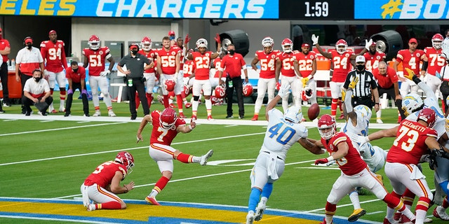 Kansas City Chiefs kicker Harrison Butker (7) hits the game-winning field goal during overtime of an NFL football game against the Los Angeles Chargers Sunday, 씨족. 20, 2020, 잉글 우드, 칼리프. Kansas City won 23-20. (AP Photo/Ashley Landis )