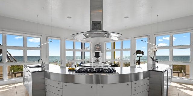 내부, the chef's kitchen features floor-to-ceiling windows.