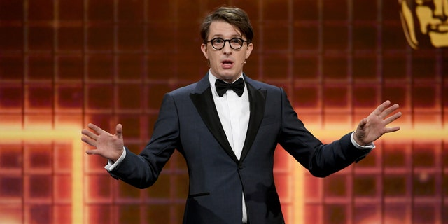 Host James Veitch speaks onstage during the 2019 British Academy Britannia Awards presented by American Airlines and Jaguar Land Rover at The Beverly Hilton Hotel on Oct. 25, 2019, 在比佛利山庄, 牛犊. (盖蒂图片社)