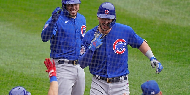 Chicago Cubs' Kris Bryant, regs bo, is congratulated by teammates after hitting a solo home run during the second inning of a baseball game against the Chicago White Sox in Chicago, Sondag, Sept.. 27, 2020. (AP Photo/Nam Y. Huh)