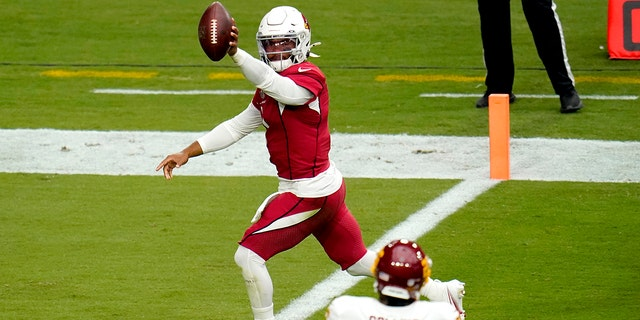 Arizona Cardinals quarterback Kyler Murray (1) scores a touchdown as Washington Football Team strong safety Landon Collins (26) looks on during the first half of an NFL football game, 일요일, 씨족. 20, 2020, in Glendale, Ariz. (AP Photo/Ross D. 프랭클린)