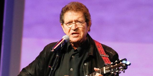 """파일 - Musician Mac Davis performs at the Texas Film Awards in Austin, Texas on March 6, 2014. Davis, a country star and Elvis songwriter, died on Tuesday, 씨족. 29, 2020 after heart surgery. 그는 ~였다 78. Davis started his career writing hits for Presley, including """"A Little Less Conversation"""" and """"In the Ghetto."""" The Lubbock, Texas-native had a varied career over the years as a singer, actor and TV host and was inducted into the Songwriters Hall of Fame in 2006. He was named ACM entertainer of the year in 1974 after the success of songs like """"Baby Don't Get Hooked on Me."""""""