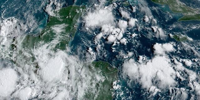 A tempestade tropical Nana está se movendo sobre a América Central, trazendo fortes chuvas e a ameaça de deslizamentos de terra.