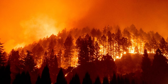The Glass Fire burns a hillside above Silverado Trail in St. Helena, 칼리프., 일요일에, 씨족. 27, 2020.