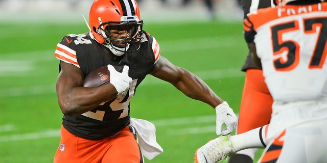 Cleveland Browns running back Nick Chubb rushes for an 11-yard touchdown during the first half of the team's NFL football game against the Cincinnati Bengals, 목요일, 씨족. 17, 2020, 클리블랜드. (AP Photo/David Richard)