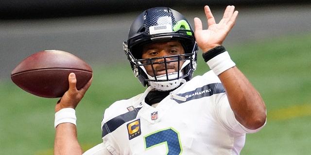 Le quart-arrière des Seahawks de Seattle Russell Wilson (3) s'échauffe avant la première mi-temps d'un match de football de la NFL contre les Falcons d'Atlanta, le dimanche 13 septembre 2020, à Atlanta.  (Photo AP/John Bazemore)