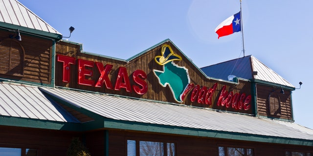 The waitress, who claimed to work at the Texas Roadhouse, wrote about the incident on Reddit.