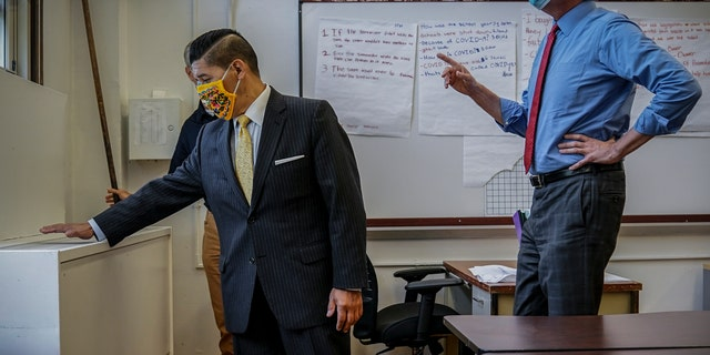 NYC School Chancellor Richard Carranza, sinistra, and Mayor Bill de Blasio on Aug. 26 during an inspection of health safeguard protocols for COVID-19 at Bronx Collaborative High School in New York. (AP)