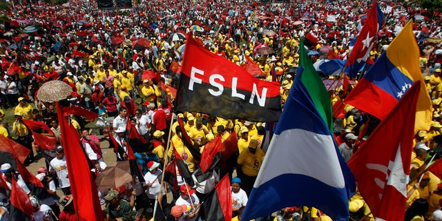 Sandinista supporters of Nicaragua's President Daniel Ortega attend an event marking the 30th anniversary of the Sandinista revolution in Juan Pablo II square in Managua July 19, 2009. REUTERS/Oswaldo Rivas (NICARAGUA POLITICS ANNIVERSARY) - GM1E57K04L001