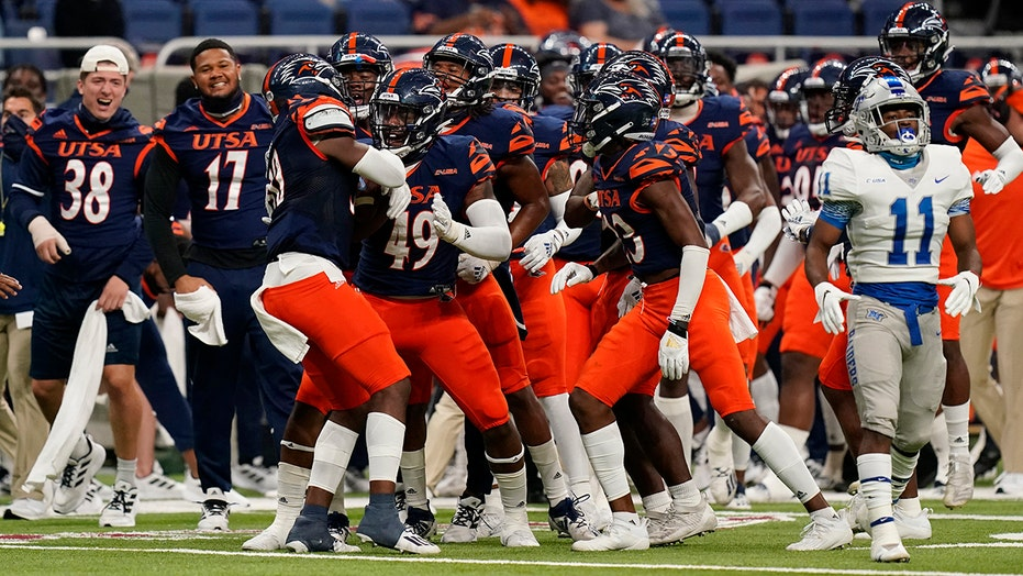 McCormick rushes for 2 TD, UTSA holds off Middle Tennessee