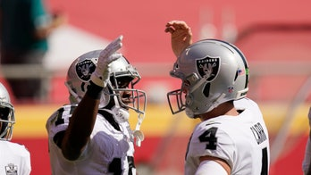 Carr helps Raiders snap Chiefs' 13-game win streak, 40-32