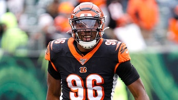 Carlos Dunlap takes down Bengals' parking spot sign in video after Seahawks trade: 'A decade of service'