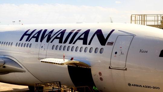 Hawaiian Airlines passenger attempts to open exit door over Pacific Ocean
