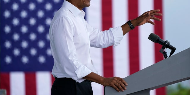Former President Barack Obama speaks as he campaigns for Democratic presidential candidate former Vice President Joe Biden at Florida International University, Saterdag, Okt.. 24, 2020, in North Miami, Fla. (AP Photo/Lynne Sladky)