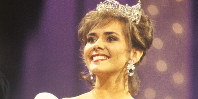 Leanza Cornett at the 1994 Miss America Pageant in Atlantic City, 新泽西州. She is survived by two sons she shared with her ex-husband Mark Steines.