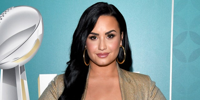 Demi Lovato has spoken about her father, calling him 'abusive.' (SiriusXM的Kevin Mazur /盖蒂图片社)