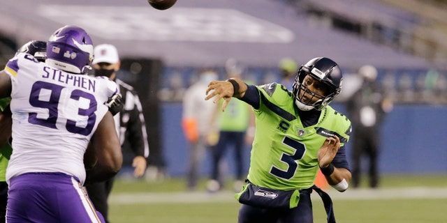 Seattle Seahawks quarterback Russell Wilson throws against the Minnesota Vikings during the second half of an NFL football game, 일요일, 10 월. 11, 2020, 시애틀. (AP Photo/John Froschauer)