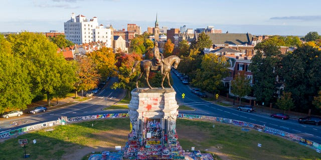 The afternoon sun illuminates the statue of Confederate General Robert E. Lee on Monument Ave in Richmond, Va., Maandag, Okt.. 19, 2020. (AP Photo/Steve Helber)