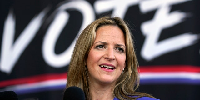 In this Sept. 24, 2020, lêerfoto, Michigan Secretary of State Jocelyn Benson speaks in Detroit. Op Dinsdag, Okt.. 27, 2020, a judge blocked a sudden ban on the open display of guns near Michigan polling places on Election Day. (AP Photo/Paul Sancya, lêer)