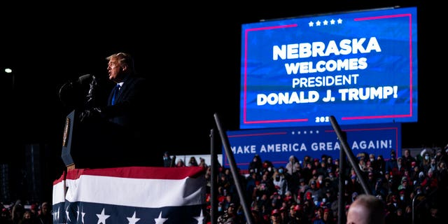 President Donald Trump speaks during a campaign rally at Eppley Airfield, 화요일, 10 월. 27, 2020, in Omaha, Neb. (AP 사진 / Evan Vucci)
