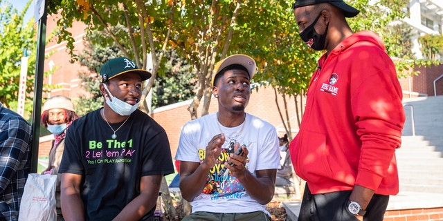 NBA star and current Winston-Salem State University student Chris Paul talks basketball with Winston-Salem State University students, from left, Donovan Tillman and Zayquan Osborne on Tuesday, 10 월. 27, 2020, in Winston-Salem, 체크 안함. (Andrew Dye/The Winston-Salem Journal via AP)