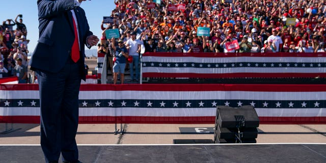 President Donald Trump arrives for a campaign rally at Phoenix Goodyear Airport, mercoledì, Ott. 28, 2020, in Goodyear, Ariz. (AP Photo / Evan Vucci)