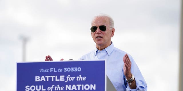 Democratic presidential candidate former Vice President Joe Biden speaks at a drive-in rally at Broward College, 목요일, 10 월. 29, 2020, in Coconut Creek, Fla. (AP 사진 / Andrew Harnik)