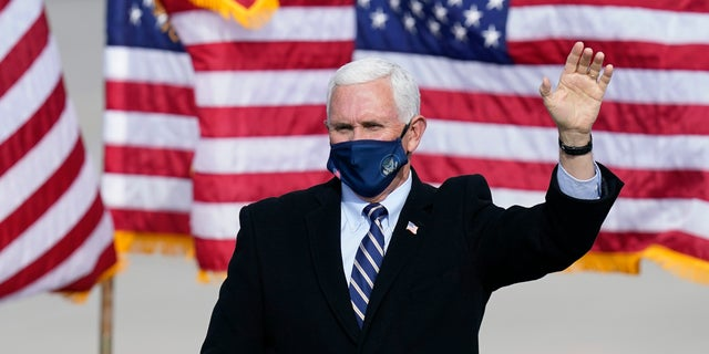 Vice President Mike Pence wears a face mask as he arrives for an airport rally, giovedi, Ott. 29, 2020, in Des Moines, Iowa. (AP Photo/Charlie Neibergall)