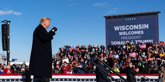 President Donald Trump arrives to speak at a campaign rally at Green Bay Austin Straubel International Airport, Venerdì, Ott. 30, 2020, a Green Bay, Wis. (AP Photo / Alex Brandon)