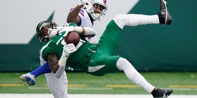 New York Jets' Blessuan Austin, bottom, breaks up a pass intended for Buffalo Bills' Gabriel Davis, 상단, during the first half of an NFL football game, 일요일, 10 월. 25, 2020, in East Rutherford, N.J. (AP Photo/Frank Franklin II)