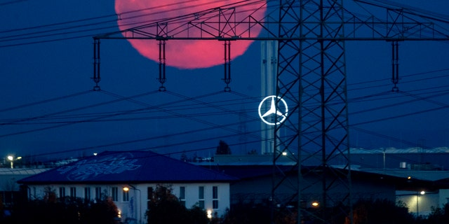 The full moon rises over the outskirts of Frankfurt, 德国, 星期六, 十月. 31, 2020. The full moon is known as a Blue Moon. (AP Photo/Michael Probst)