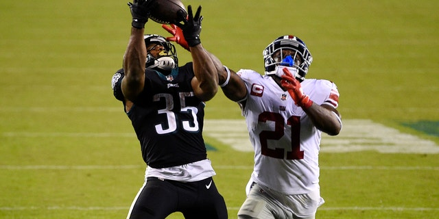 Philadelphia Eagles' Boston Scott, sinistra, catches a touchdown pass against New York Giants' Jabrill Peppers during the second half of an NFL football game, giovedi, Ott. 22, 2020, a Philadelphia. (AP Photo / Derik Hamilton)