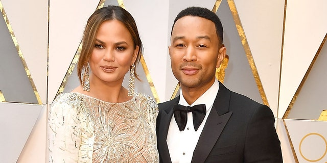 Chrissy Teigen (links) and her husband, singer John Legend (reg). (Photo by Steve Granitz/WireImage)