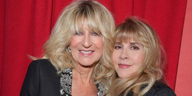 Fleetwood Mac bandmates Christine McVie (links) and Stevie Nicks (reg) became very close friends. (Photo by Lester Cohen/Getty Images for NARAS)