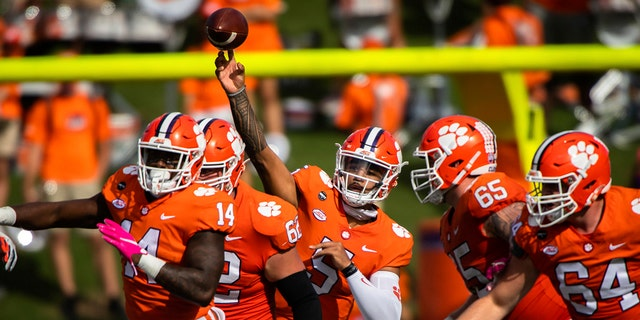 Clemson quarterback D.J. Uiagalelei (5) makes a pass during an NCAA college football game against Syracuse in Clemson, 南卡罗来纳州, 周六, 十月. 24, 2020. (Ken Ruinard/Pool Photo via AP)