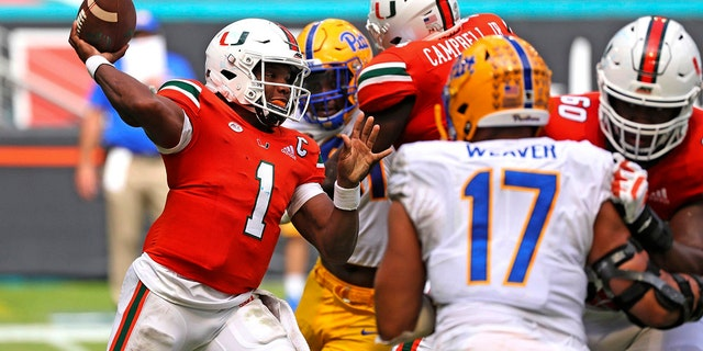 Miami quarterback D'Eriq King (1) passes against Pitt in the second half of an NCAA college football game in Miami Gardens, Fla., Sabato, Ott. 17, 2020. (Al Diaz/Miami Herald via AP)