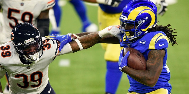Los Angeles Rams running back Darrell Henderson, destra, tries to get around Chicago Bears defensive back Eddie Jackson (39) during the second half of an NFL football game Monday, Ott. 26, 2020, in Inglewood, Calif. (AP Photo/Kelvin Kuo)